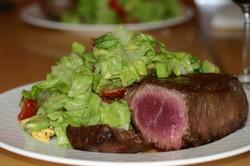 Rare_filet_and_salad_1